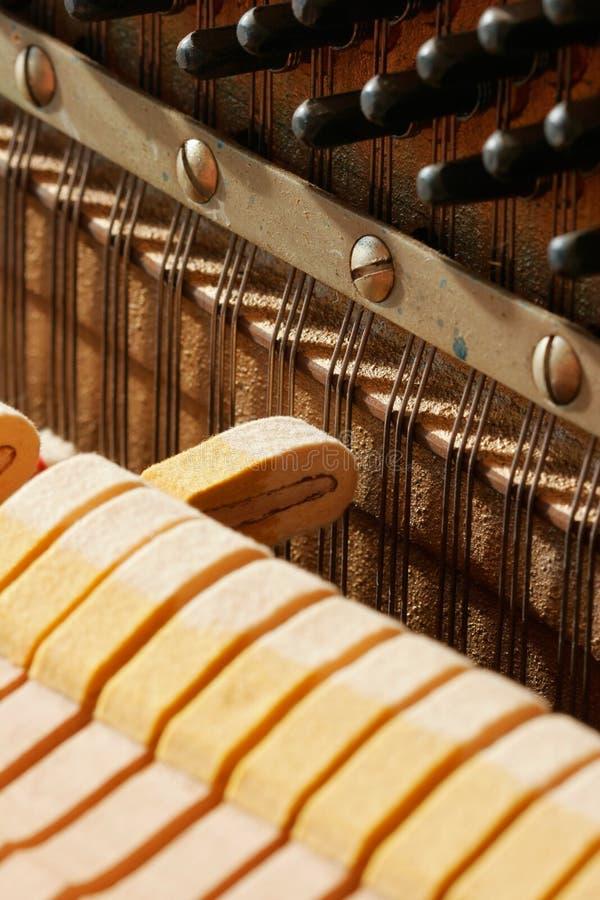 À l'intérieur d'un piano - une note photo stock