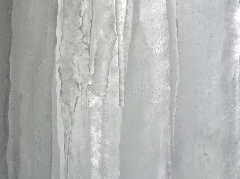 À l'intérieur d'un rideau épais des glaçons images libres de droits