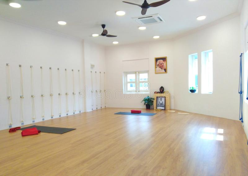 À l'intérieur d'un studio de yoga d'Iyengar photos stock
