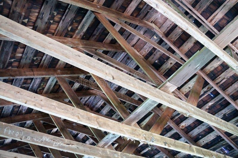 à l'intérieur d'un toit images libres de droits