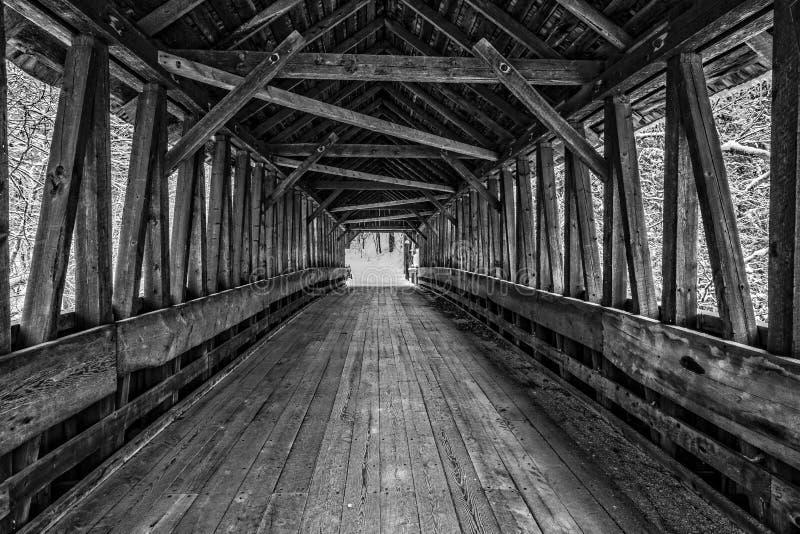 À l'intérieur d'un vieux pont couvert image libre de droits