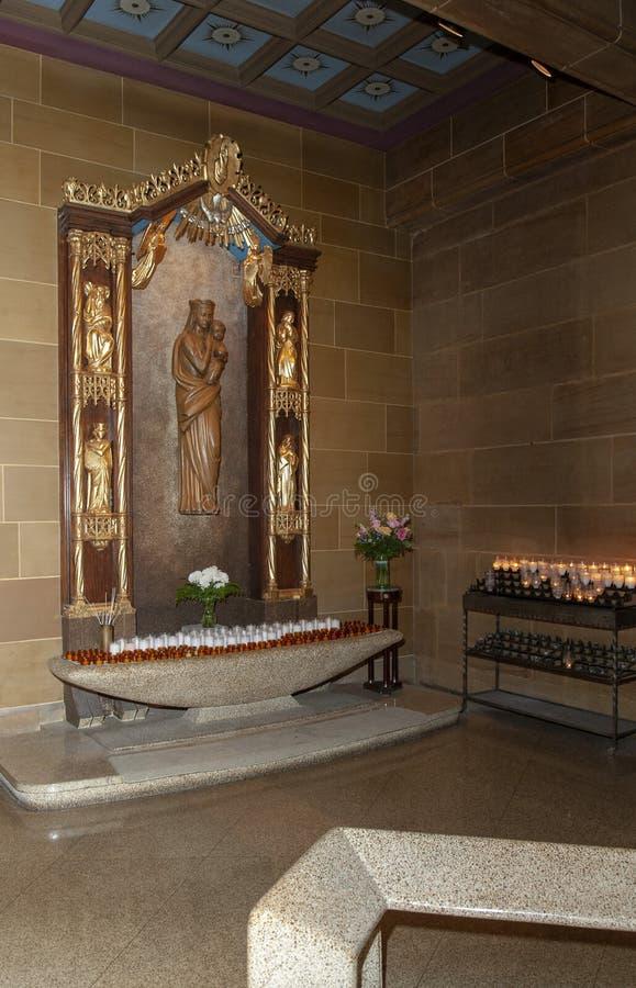 À l'intérieur d'une belle prière d'église catholique changer photo stock
