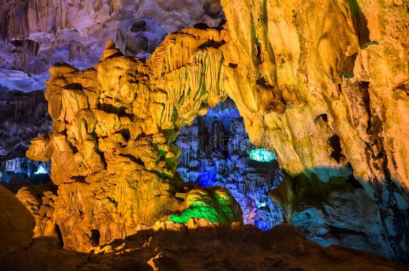À l'intérieur d'une caverne colorée la baie long/au Vietnam d'ha photographie stock