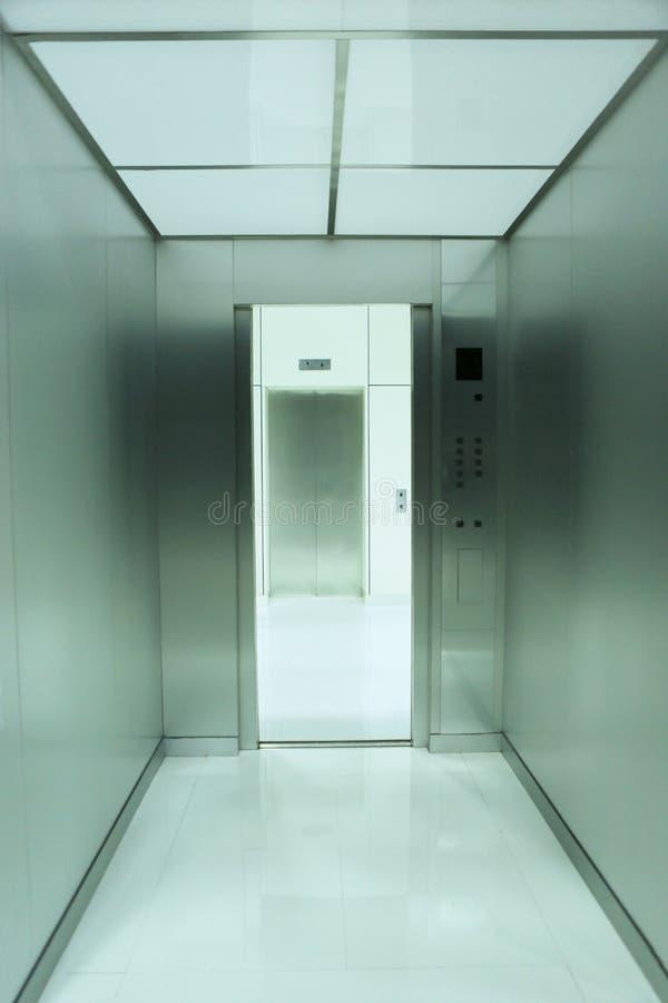 À l'intérieur d'une moquerie vers le haut d'ascenseur photos stock