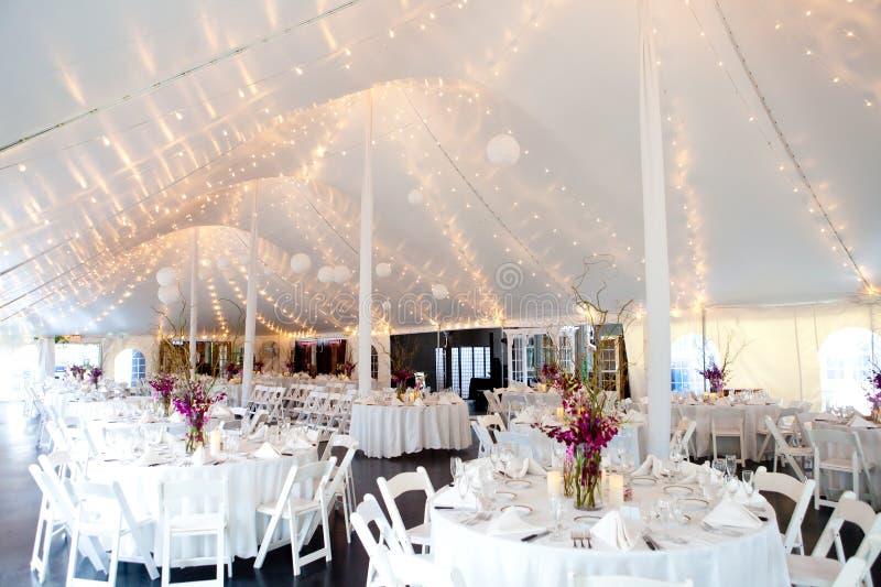 à l'intérieur d'une tente de mariage images libres de droits