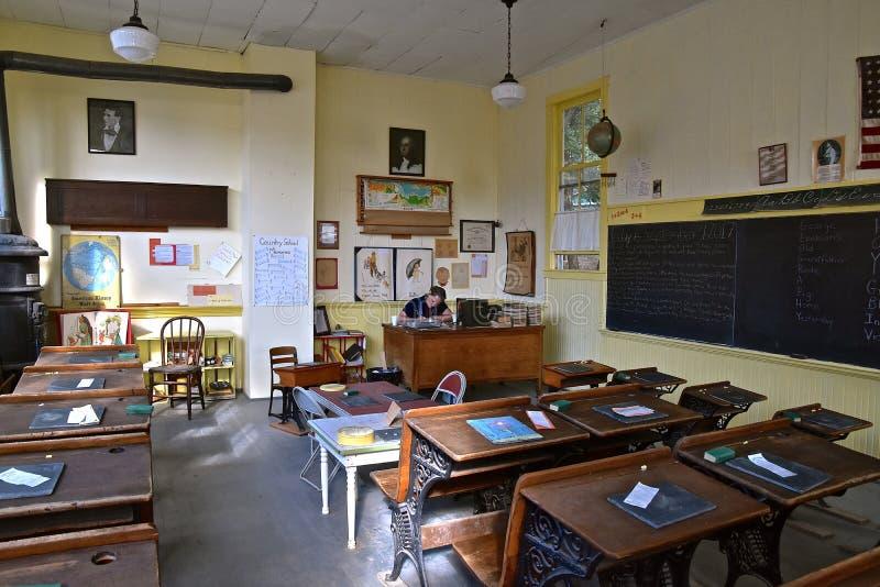 À l'intérieur d'une vieille une école de pièce images libres de droits