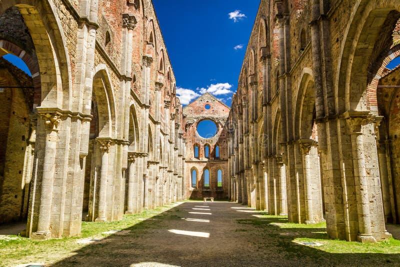 À l'intérieur d'une vieille église ruinée en Toscane photos stock