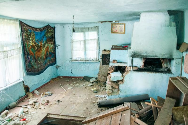 à l'intérieur d'une vieille maison de terre effondrée photos libres de droits