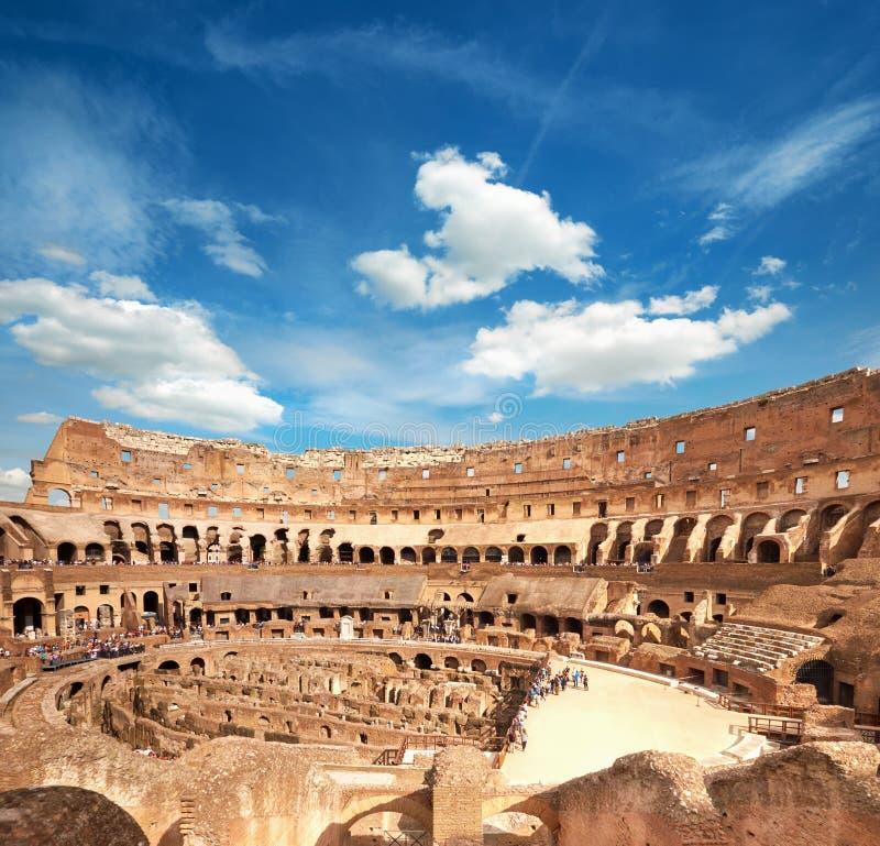 À l'intérieur de Colosseum Rome avec le ciel blanc bleu, Rome, Italie photos libres de droits