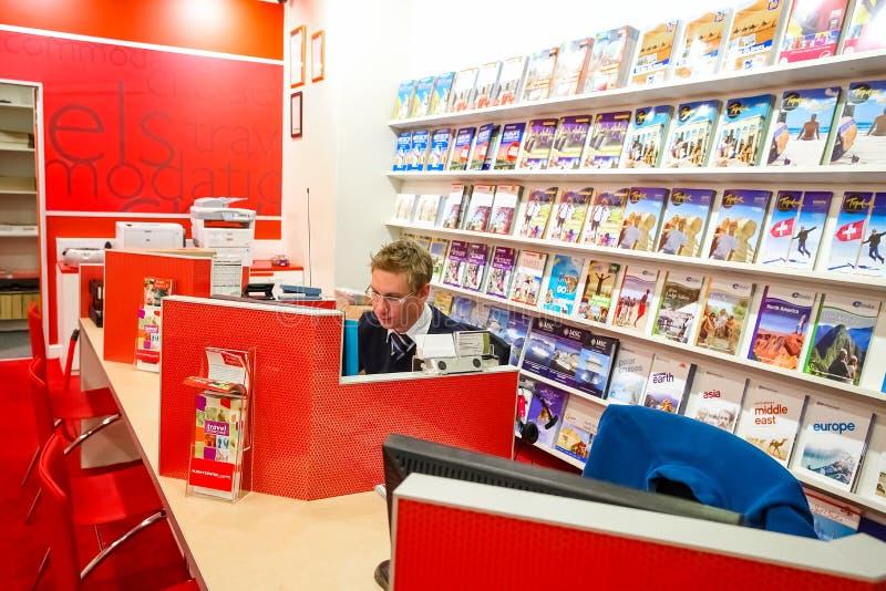 À l'intérieur de l'intérieur d'un agent de voyage Shop dans un mail photo libre de droits