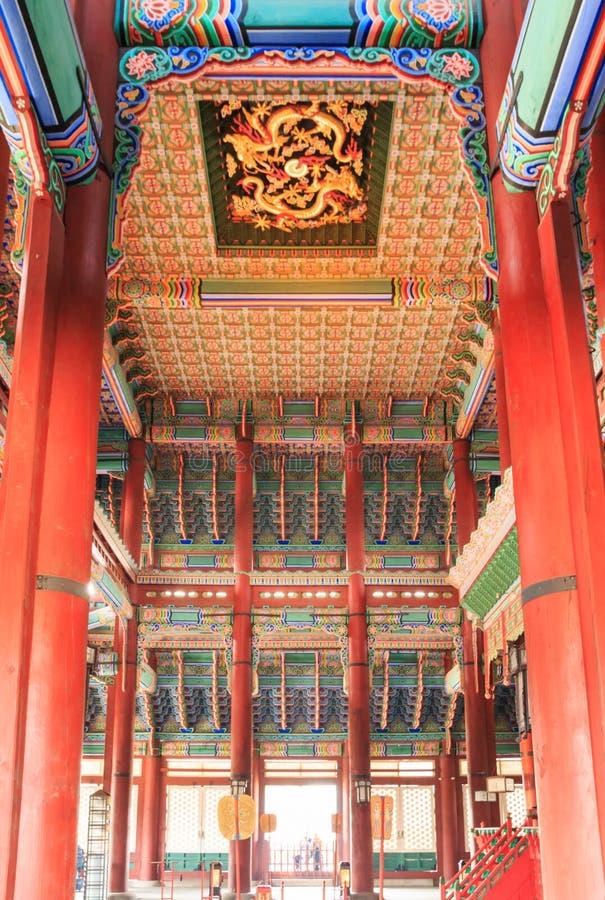 À l'intérieur de du Geunjeongjeon, le hall de trône dans le palais de Gyeongbokgung photos stock