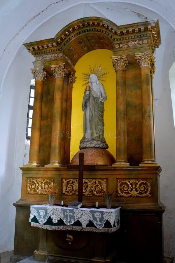À l'intérieur de l'église de l'église médiévale saxonne enrichie Ungra, la Transylvanie image stock