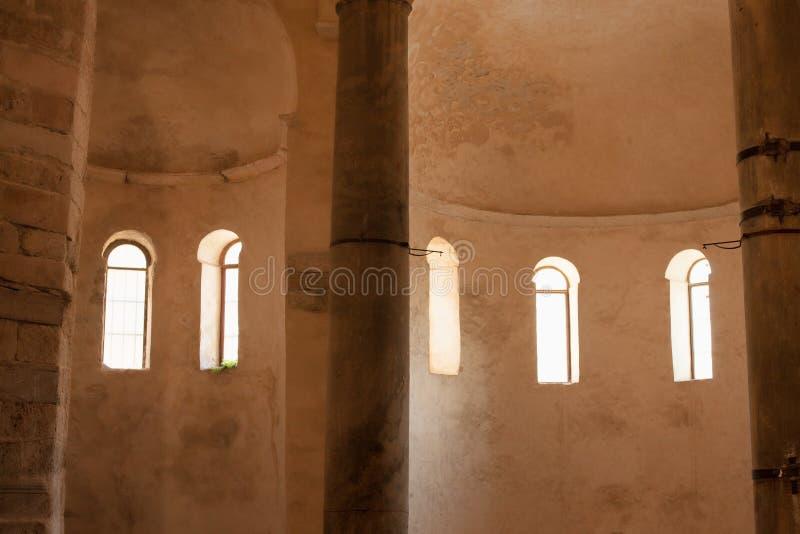 À l'intérieur de l'église de St Donat photo libre de droits