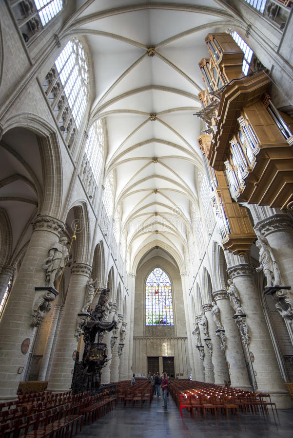 À l'intérieur de la cathédrale de l'autel image libre de droits