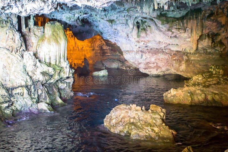 À l'intérieur de la caverne de Neptune sur la Sardaigne, l'Italie photos stock