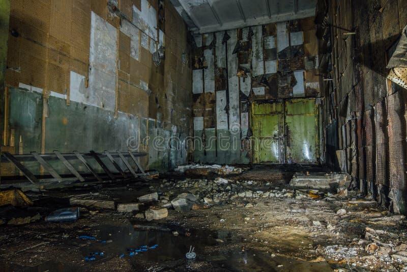 À l'intérieur de la démolition de attente abandonnée de hangar ou d'entrepôt de machine images stock