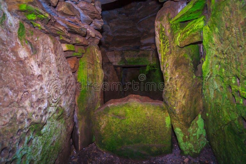 À l'intérieur de la tombe mégalithique de Loughcrew photo stock