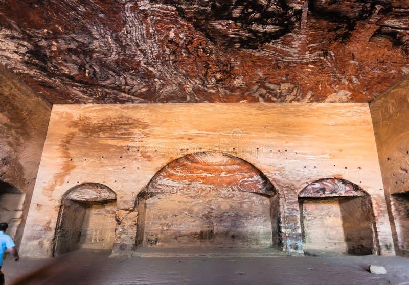 À l'intérieur de la tombe royale d'urne dans la ville antique de PETRA images stock