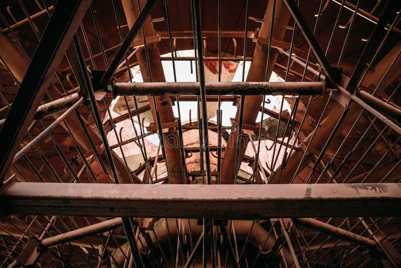 À l'intérieur de la tour de refroidissement abandonnée, construction industrielle abstraite en métal images stock