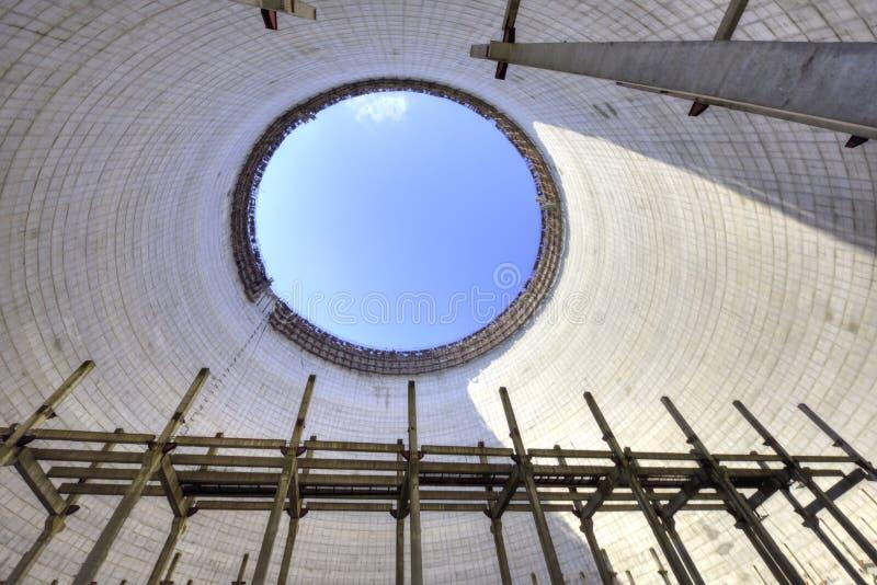À l'intérieur de la tour de refroidissement non finie et abandonnée à Chernobyl photo libre de droits