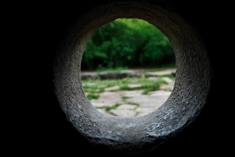 À l'intérieur de la vue d'un dolmen en pierre par un trou dans une forêt de montagne dans la vallée de la rivière Jean images libres de droits