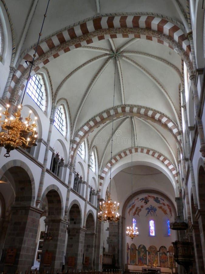 À l'intérieur de la vue du plafond voûté dans la cathédrale danoise photos stock