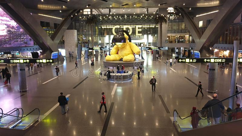 À l'intérieur intérieur de nouveau Hamad International Airport dans le secteur avec un grand ours jaune images libres de droits