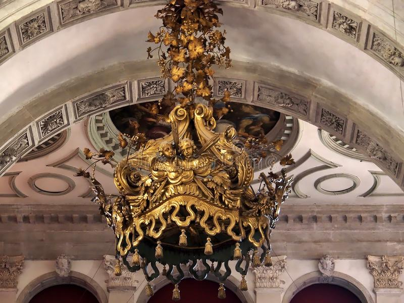 À l'intérieur de Santa Maria della Salute, de la cathédrale de Venise avec des sculptures et des détails image stock