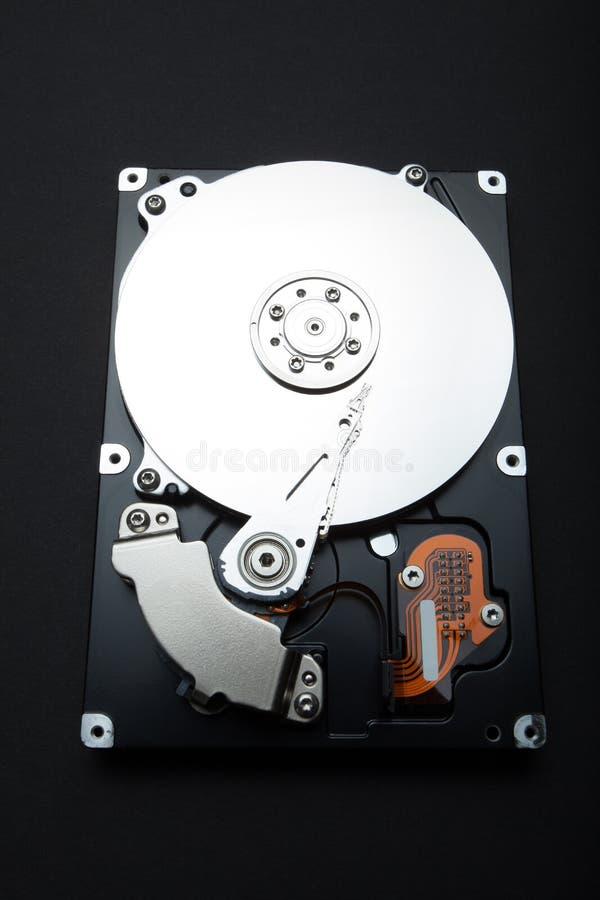 À l'intérieur de l'unité de disque dur d'ordinateur Parties composées sur un fond noir photos libres de droits