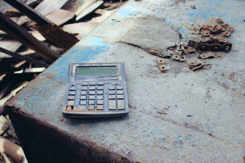 À l'intérieur des bâtiments détruits Videz la pi?ce d?truite dans une usine abandonn?e image stock