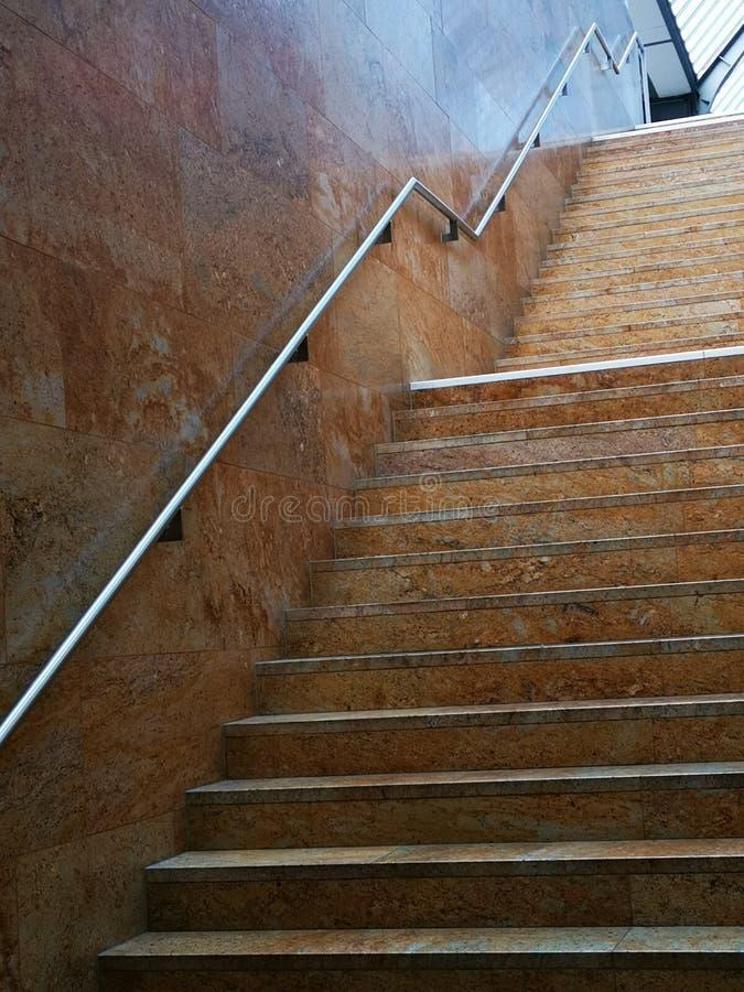 À l'intérieur des escaliers de gare ferroviaire de Genève en Suisse images stock