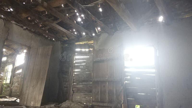 À l'intérieur des vieilles et abandonnées huttes dans le mur de fenêtre de porte de montagne photographie stock
