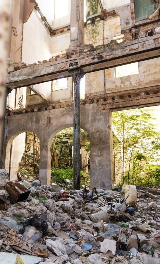 À l'intérieur du bâtiment délabré rempli de déchets Havana Cuba photographie stock
