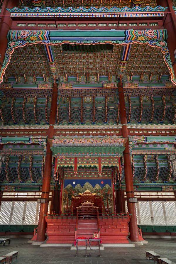 À l'intérieur du hall de trône au palais de Gyeongbokgung à Séoul photographie stock