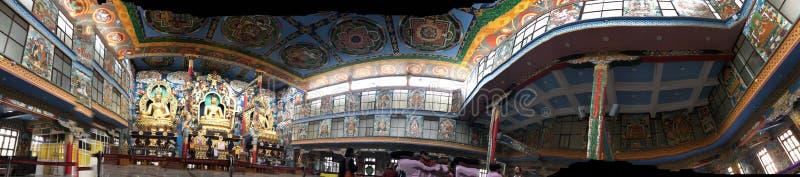 À l'intérieur du temple d'or, monastère de Namdroling photos libres de droits