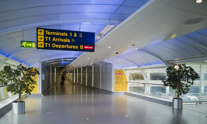 À l'intérieur du terminal moderne de l'aéroport de Manchester le 5 juin 2018 à Manchester, l'Angleterre photographie stock libre de droits