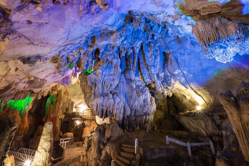 À l'intérieur du Tham Chang Cave dans Vang Vieng photos libres de droits
