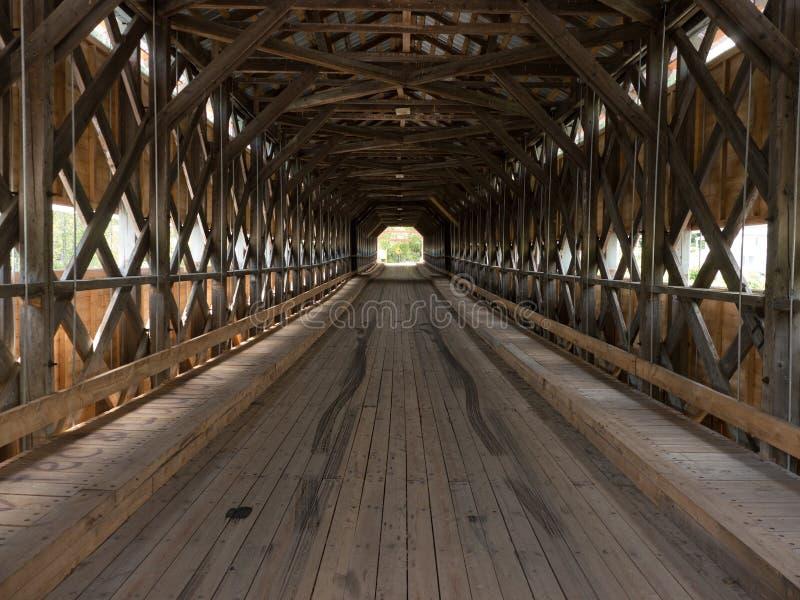 À l'intérieur du vieux pont couvert en bois images stock