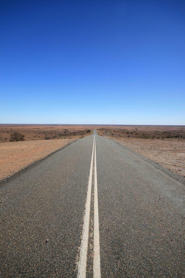 À l'intérieur route Australie, disparaissant dans le désert photo libre de droits