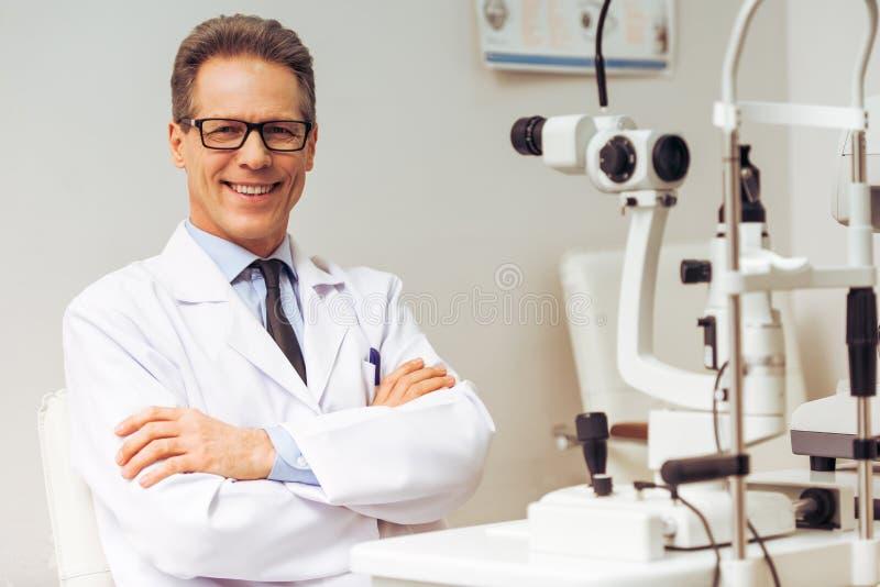 À l'ophtalmologue images libres de droits