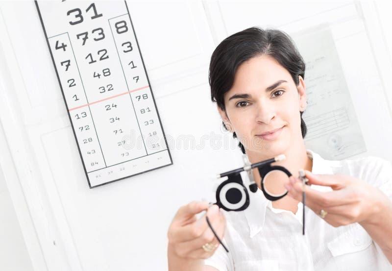À l'opticien image libre de droits