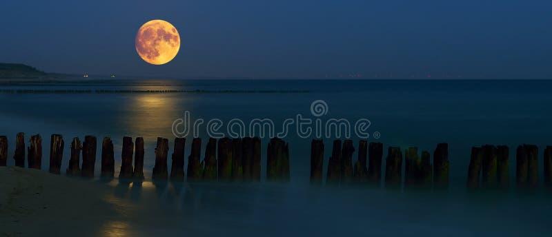 À l'ouest de la lune au-dessus de la mer photo libre de droits