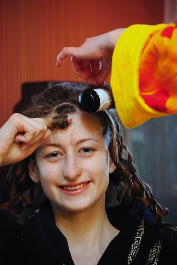 À la fille faites les hairdress image libre de droits