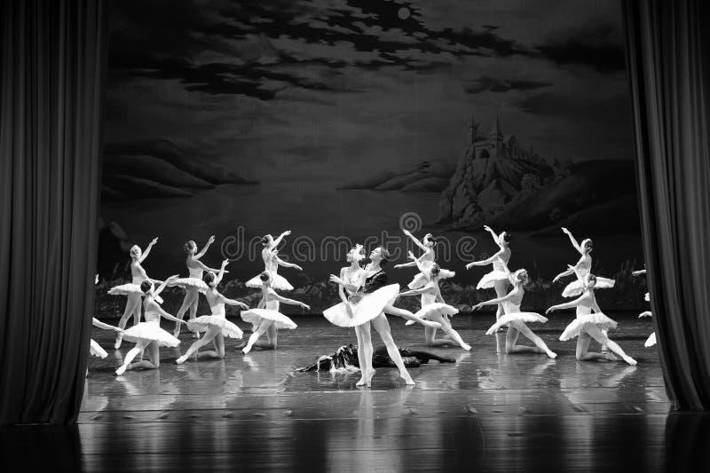 À la fin de la scène de bout de jeu-Le du lac swan de Lac-ballet de cygne photo libre de droits