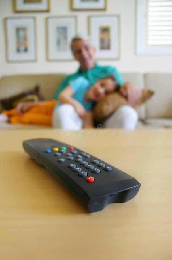 À la maison TV de observation image libre de droits