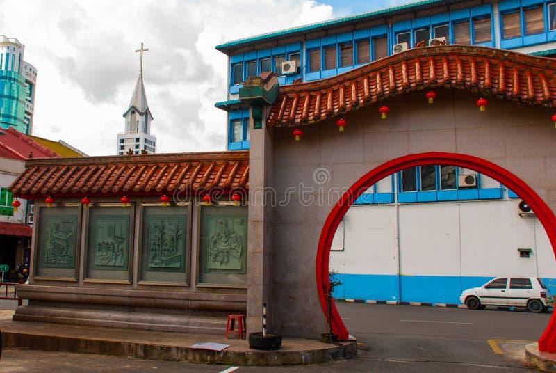 À la porte Tua Pek Kong Temple d'entrée le beau temple chinois du ` s de ville de Sibu de Sarawak, Malaisie, Bornéo photos stock