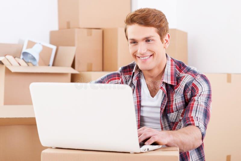 À la recherche d'une bonne entreprise de déménagement images stock