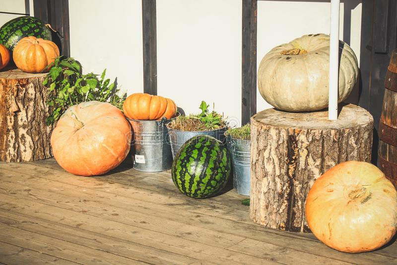 À la veille de Halloween, les potirons près de la maison sont W décoré photo stock
