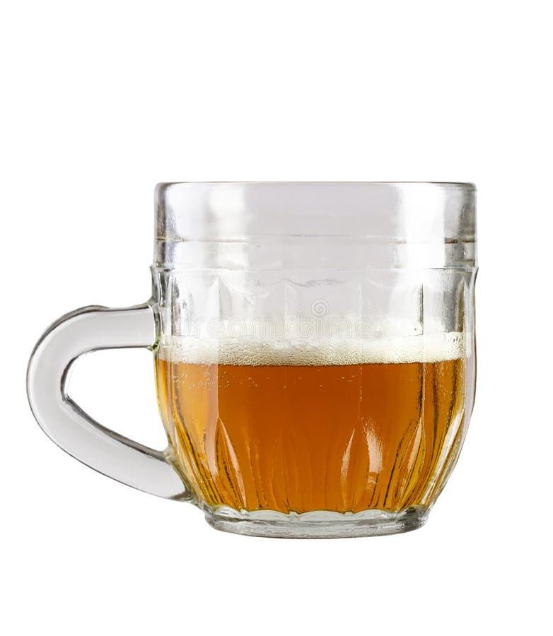 ? moiti? un verre de bi?re dans une tasse traditionnelle photo libre de droits