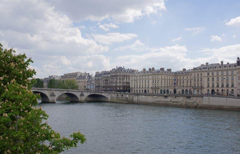 À Paris les châtaignes fleurissent Vue du quai d'Anatol França images stock